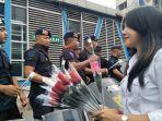 puluhan-anggota-kepolisian-menebar-senyum-saat-menerima-bunga-m.jpg