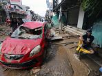 puluhan-mobil-ringsek-diterjang-banjir-di-pondok-gede_20200102_204012.jpg
