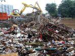 puluhan-ribu-kubik-sampah-tersangkut-di-jembatan-kampung-melayu_20200102_080734.jpg