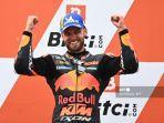 rad-binder-merayakan-di-podium-setelah-memenangkan-grand-prix.jpg