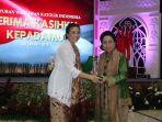rahayu-saraswati-memberikan-penghargaan-pwki-ke-martha-tilaar_20190128_133157.jpg