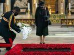 ratu-inggris-elizabeth-ii-memandang-equerry-nya-letnan-kolonel-nana-kofi-twumasi-ankrah.jpg