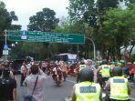 ratusan-mahasiswa-papua-barat-yang-menggelar-aksi-di-taman-aspirasi.jpg