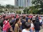 ratusan-massa-buruh-dari-berbagai-serikat-buruh-maupun-pekerja.jpg