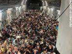 ratusan-orang-masuk-di-dalam-satu-pesawat-saat-ribuan-warga-afghanistan-b.jpg
