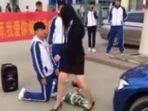 remaja-cowok-ini-berlutut-untuk-menaklukkan-hati-sang-guru-wanitanya_20180622_161938.jpg