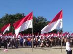 ribuan-bendera-merah-putih-hiasi-pantai-kuta_20160816_202117.jpg