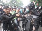 ribuan-buruh-dan-mahasiswa-demo-tolak-uu-omnibus-law-cipta-kerja_20201008_152738.jpg