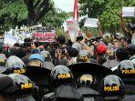 ribuan-demonstran-tuntut-pencabutan-uu-cipta-kerja_20201007_201231.jpg