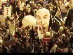 ribuan-demonstran-yang-turun-ke-jalan-membawa-bendera-israel-dan-simbol-simbol-y.jpg