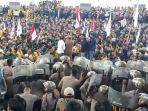 ribuan-mahasiswa-menggeruduk-kantor-gubernur-kalsel-selasa-2492019-maha.jpg