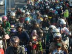 ribuan-motor-antre-untuk-melintas-jembatan-suramadu-madura_20150923_193125.jpg