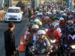 ribuan-motor-antre-untuk-melintas-jembatan-suramadu-madura_20150923_193455.jpg