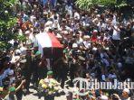 ribuan-orang-mengantar-keberangkatan-jenazah-hasyim-muzadi_20170316_132101.jpg