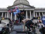 ribuan-pendukung-donald-trump-serbu-gedung-kongres-amerika_20210108_021043.jpg