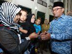 ridwan-kamil-beri-santunan-keluarga-petugas-pemilu-yang-meningga_20190424_065700.jpg