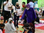 Mensos Risma Beri Bantuan Warga Terdampak Ledakan Kilang Minyak di Balongan Indramayu