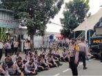 Polisi dari Mobil Komando: Jika Masih Berkerumun, Sidang Selanjutnya Kembali Digelar Online!