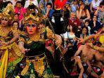 rombongan-famtrip-asal-malaysia-disuguhkan-tari-kecak-selama-di-bali_20180328_024047.jpg
