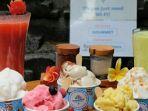 salah-satu-karyawan-gourmet-gelato-ubud-tengah-menunjukkan-salah-satu-varian-gelato.jpg