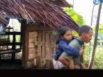 salah-satu-putri-dasirin-saat-dievakusi-oleh-warga-desa-sangire-kecamatan-t_20180903_122201.jpg