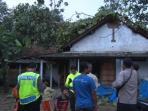 salah-satu-rumah-warga-yang-berada-di-desa-kerjo-kecamatan-karangan-tertimpa-pohon_20161108_000612.jpg