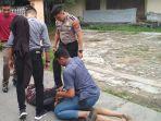 salah-satu-tahanan-diamankan-di-jalan-dahlia-senin-26112018.jpg