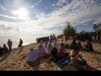 salat-gerhana-matahari-di-pantai_20160309_162721.jpg