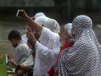 salat-idul-fitri-di-tengah-pandemi-covid-19-di-masjid-besar-al-i_20200525_092521.jpg