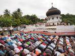 salat-jumat-perdana-pasca-gempa-disamping-masjid-yang-ambruk_20161209_223756.jpg