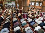 salat-qiyamul-lail-di-masjid-oman-aceh_20180612_220909.jpg
