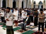 salat-tarawih-pertama-di-masjid-raya-makassar_20210413_011453.jpg