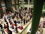 salat-tarawih-pertama-ramadhan-terapkan-physical-distancing_20200423_211714.jpg