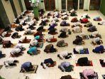 salat-tarawih-pertama-ramadhan-terapkan-physical-distancing_20200423_211734.jpg
