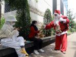 sambut-natal-santa-claus-bagikan-kopi-gratis_20201220_122957.jpg
