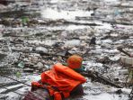 sampah-kiriman-katulampa-penuhi-kali-ciliwung-di-kawasan-kampung-melayu_20190108_203506.jpg