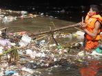 sampah-kiriman-katulampa-penuhi-kali-ciliwung-di-kawasan-kampung-melayu_20190108_204052.jpg