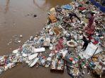 sampah-menumpuk-di-pintu-air-manggarai-pasca-banjir_20200103_234805.jpg
