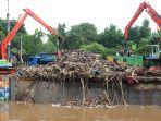 sampah-menumpuk-di-pintu-air-manggarai-pasca-banjir_20200103_234818.jpg