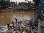 sampah-menumpuk-di-pintu-air-manggarai-pasca-banjir_20200103_234829.jpg