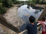 sampah-sungai-citarum-menumpuk_20171129_132821.jpg