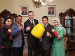 sarung-tinju-raksasa-untuk-indonesia-dari-ukrainian-boxing-federation_20180424_182121.jpg