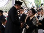 sby-bersalaman-dengan-megawati-pemakaman-ibu-ani-yudhoyono_20190602_172821.jpg