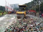 sebuah-buldoser-sedang-melindas-20-ribu-botol-miras-di-monas-jakarta-pusat_20160628_092500.jpg