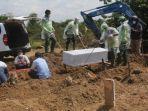 sedang-melakukan-pemakaman-jenazah-paisen-covid-19.jpg