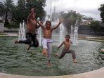 sejumlah-anak-bermain-di-kolam-air-mancur-menteng_20190103_121924.jpg