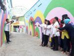 sejumlah-ibu-ibu-sosialita-tampak-berfoto-di-kampoeng-selfie-lingkung_20171125_163415.jpg