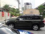 sejumlah-mobil-berpelat-ri-memasuki-hotel-raffles_20170303_140302.jpg