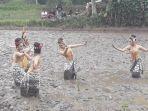 sejumlah-penari-tampak-tengah-menatikan-tarian-menanam-padi_20180425_153621.jpg