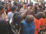 sejumlah-wanita-dan-tiga-pria-yang-ditangkap-tim-gabungan-polres-lhokseumawe_20180410_154417.jpg